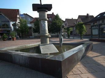 800px-Brunnen_Nußloch_Lindenplatz